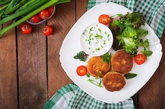 Pequeña chuleta de pollo con verduras en un plato