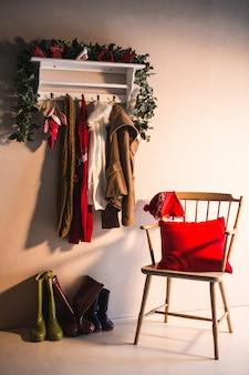Perchero con ropa de invierno colgada