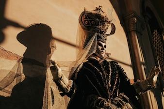 Persona con una máscara y un traje de carnaval