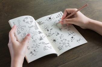 Persona dibujando en una libreta