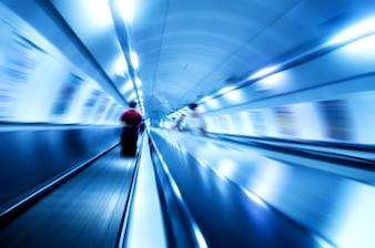 Persona en una escalera mecánica