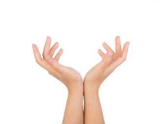 Persona jugando con sus manos