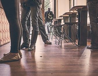 Personas esperando en el bar