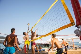 Personas jugando al voleibol