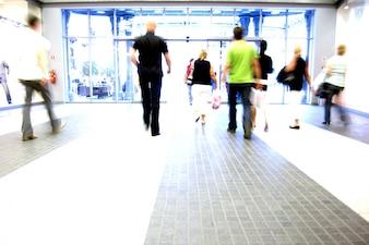 Personas saliendo del centro comercial