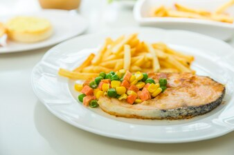 Pescado delicioso con verduras