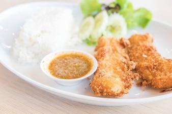 Pescado frito con arroz