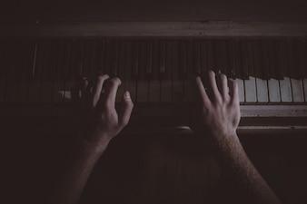 Piano jugando vista superior