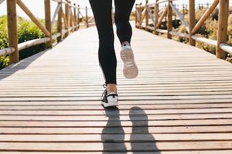 Piernas de mujer corriendo
