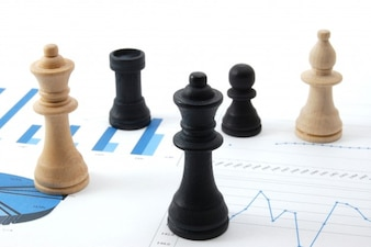 Piezas de ajedrez sobre documento estadístico