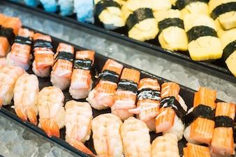 Piezas de sushi con marisco