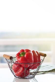 Pimientos rojos en una cesta metálica