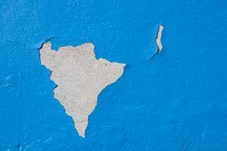 pintura agrietada de la pared se desplomó