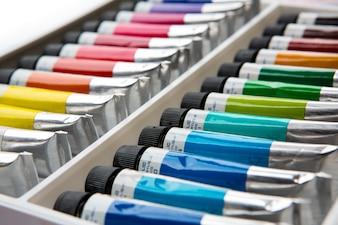 Pinturas acrílicas de colores en tubos
