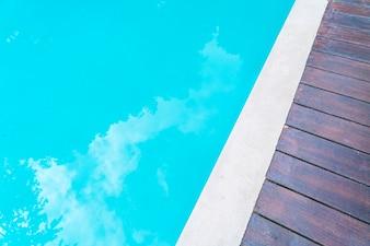 Piscina azul del agua rizada.