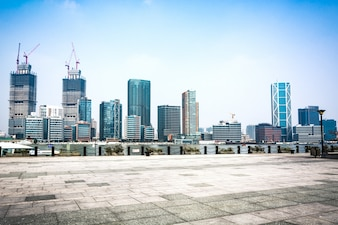 Piso vacío frente de edificio moderno