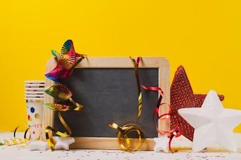 Pizarra con decoración de fiesta y dos estrellas
