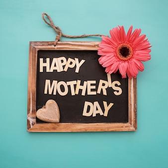 Pizarra del día de la madre con flor y corazón