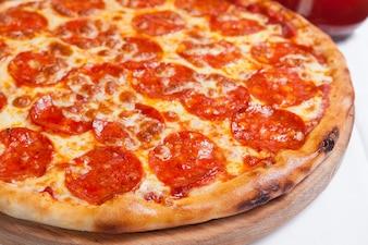 Pizza de salami delicioso