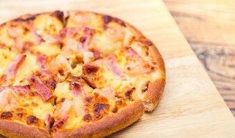 Pizza en una mesa de madera