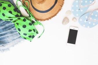 Plano de la playa de artículos y teléfonos inteligentes, Concepto de verano sobre fondo blanco con copia espacio, Vista superior