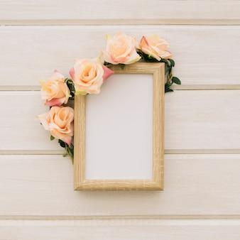 Plantilla con marco de madera y adorno floral