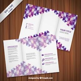 Plantilla de folleto con triángulos de color púrpura