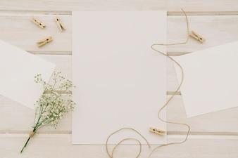 Plantillas, flores, cordel y pinzas de la ropa