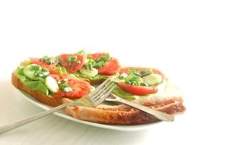 Plato con salchicas, tomates y aguacate