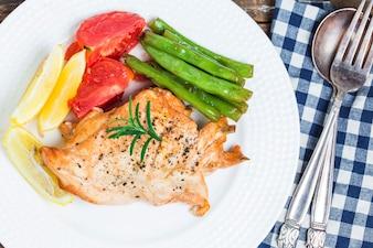 Plato de pollo con verduras y patatas fritas
