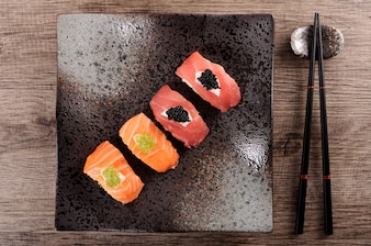 Plato negro con surtido de sushi