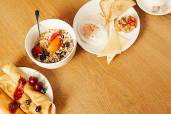 Platos con comida para el desayuno
