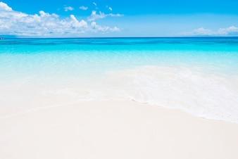 Playa idílica en un día fantástico