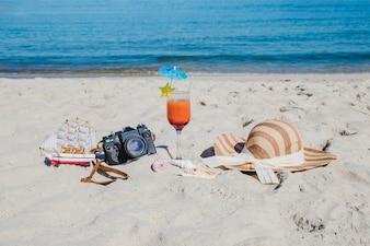 Playa tropical con objetos dispuestos