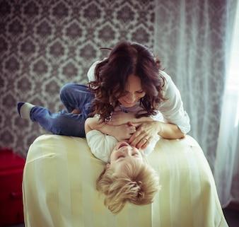 Poco lindo niño y su madre se divierten juntos