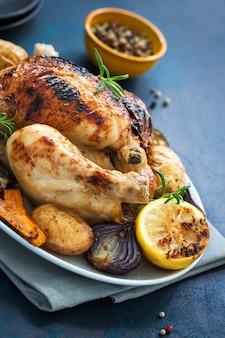 Pollo cocinado al horno con limón y verduras