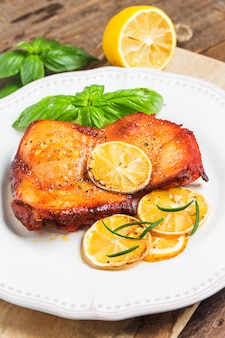 Pollo delicioso con rodajas de limón
