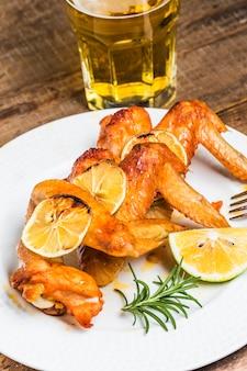 Pollo horneado con cerveza de fondo