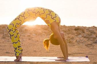 Práctica del yoga. Mujer, hacer, puente, posar