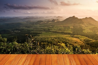 Prado con una montaña visto desde una mesa de madera