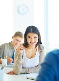 Preciosa estudiante sonriendo