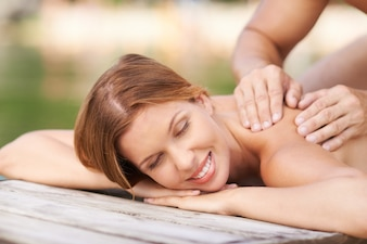 Preciosa mujer disfrutando de su masaje
