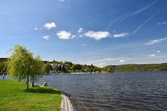Presa de Brno. Moravia del Sur. República Checa Europa. Área recreativa de entretenimiento y deportes. Hermoso campo con la naturaleza, el agua clara y el cielo con sol y nubes.