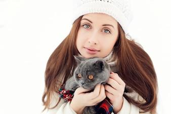 Primer plano de adolescente juguetona con su gato