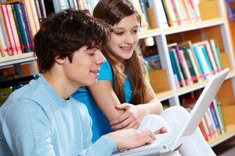 Primer plano de adolescentes usando un ordenador