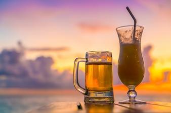 Primer plano de alcohol soleado bebidas frías