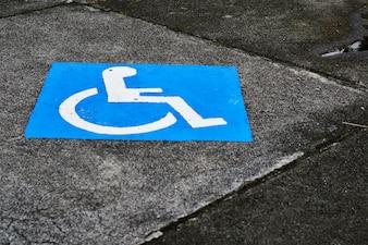 Primer plano de aparcamiento para minusválidos