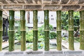 Primer plano de bambú con ornamentos