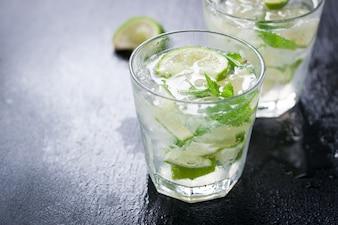Primer plano de bebida con rodajas de limón y hierbabuena
