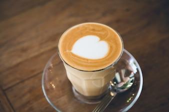 Primer plano de café con un corazon decorativo